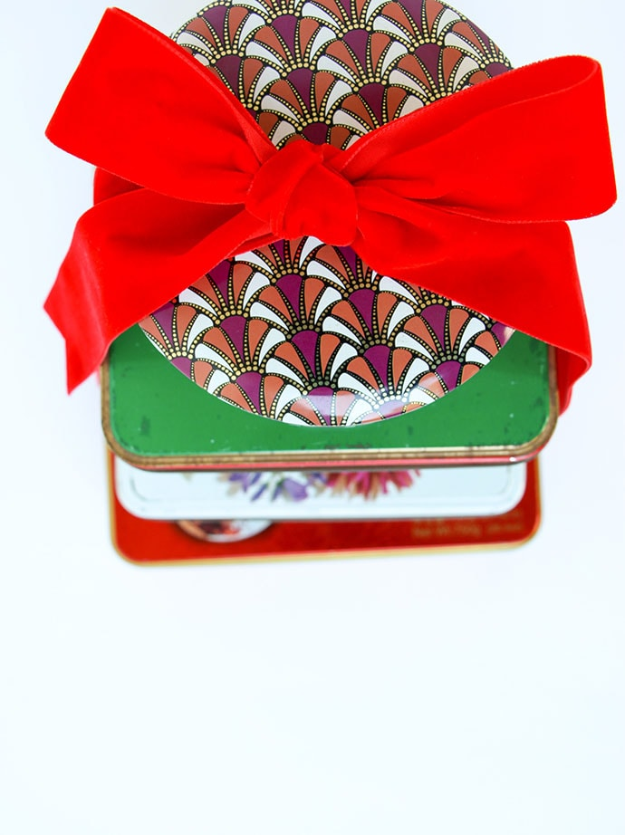 Vintage tins with a bow. Christmas Vintage tin gift ideas