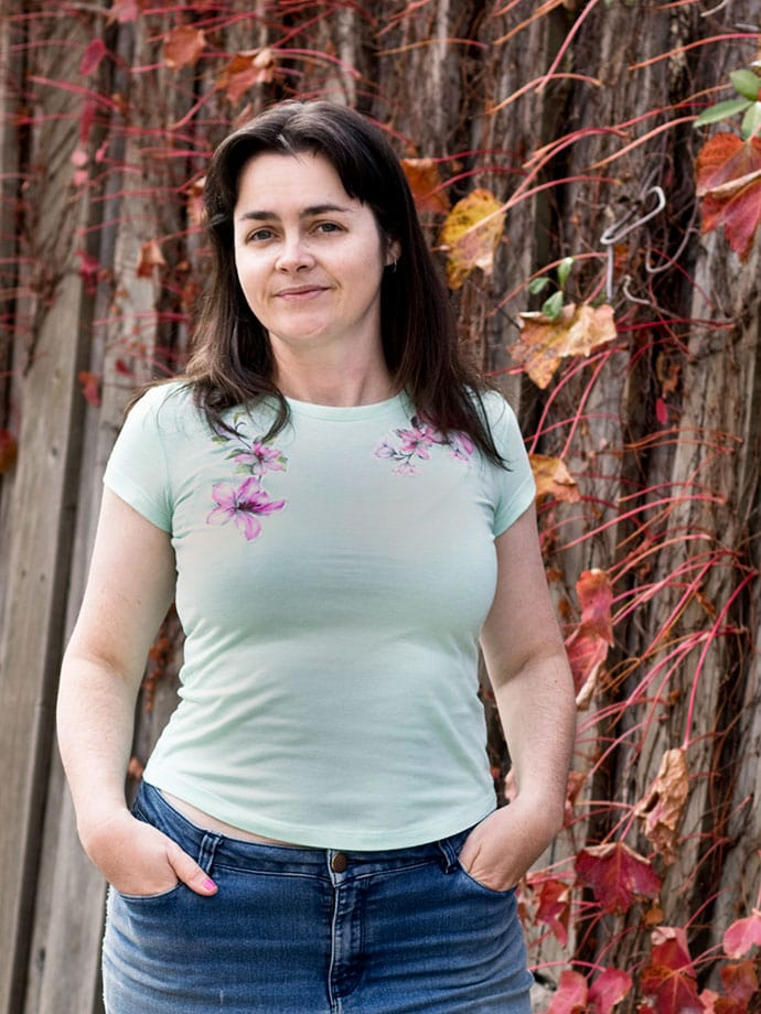 woman wearing light green tshirt