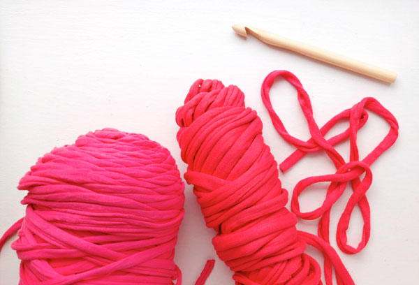 zpagetti tshirt yarn pink and red and 12mm bamboo crochet hook